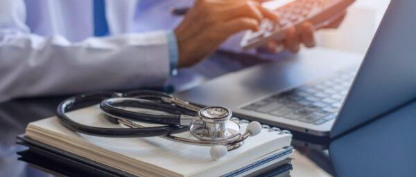 AGA治療の費用はいくらかかる?治療をやめるとどうなる?